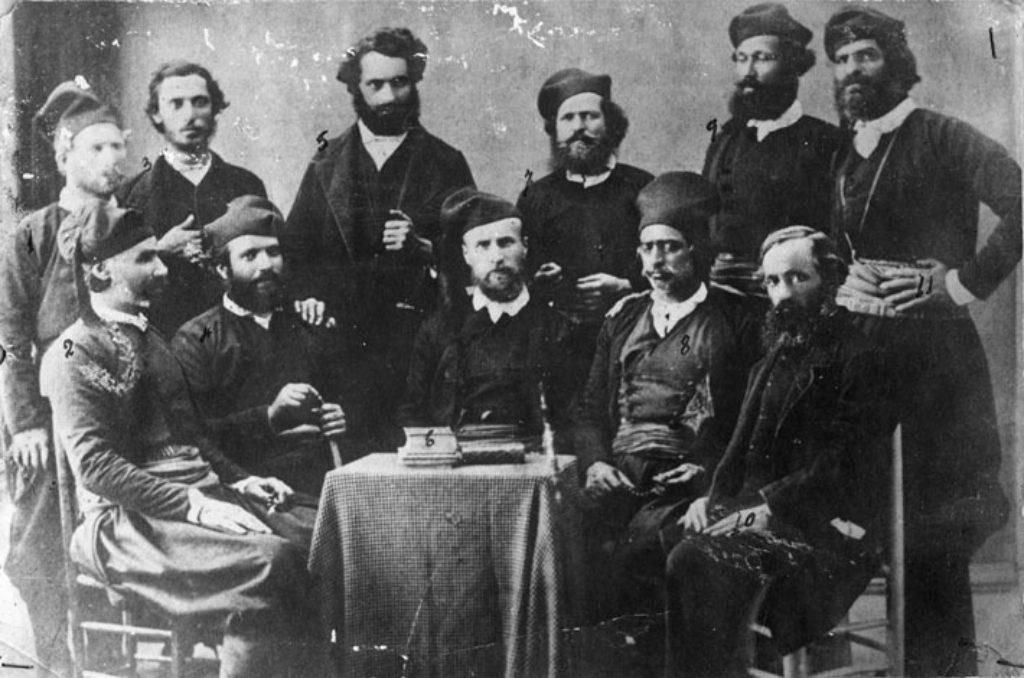 Εκπρόσωποι της Κρητικής Επαναστατικής Συνέλευσης για την Ελληνική βουλή (Μάιος 1868). Καθιστός στη μέση ο Γάλλος εθελοντής Γουσταύος Φλουράνς (Gustave Flourens)